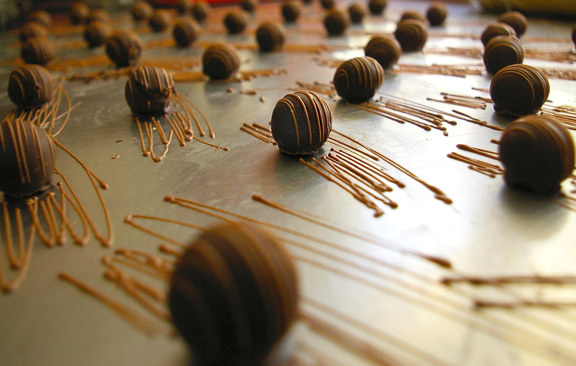 Изработка на ръчни шоколадови бонбони